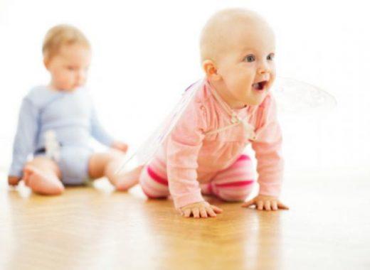 el bebe anda por si mismo