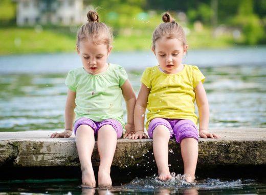 gemelos en espejo