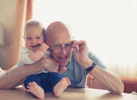 ¿Cómo aprende el bebé a coger objetos?