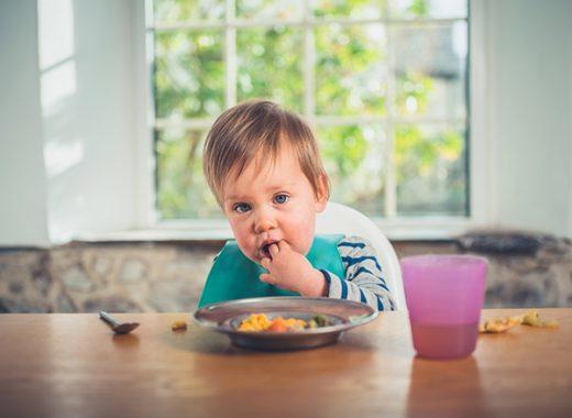 Retrasar la introducción de alimentos en los bebés, una causa de alergia