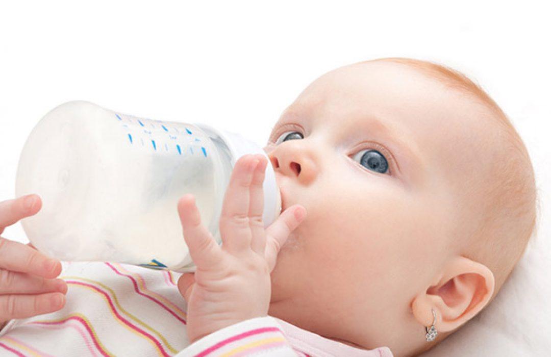 El dilema de colocar (o no) pendientes a la bebé