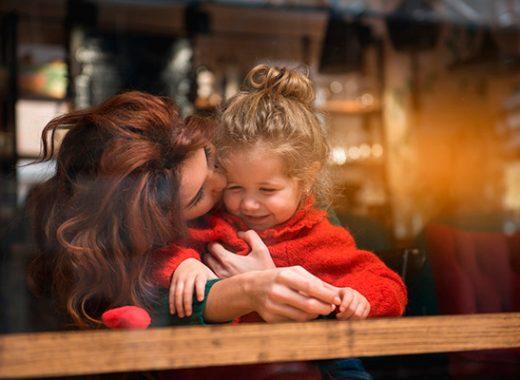 Día Internacional del Beso: la importancia de besar a nuestros hijos