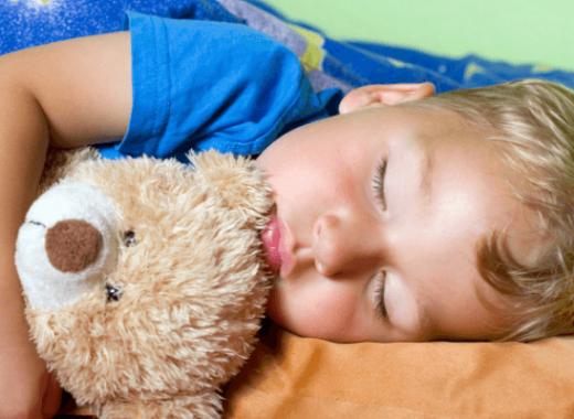 por que suda mi hijo cuando duerme